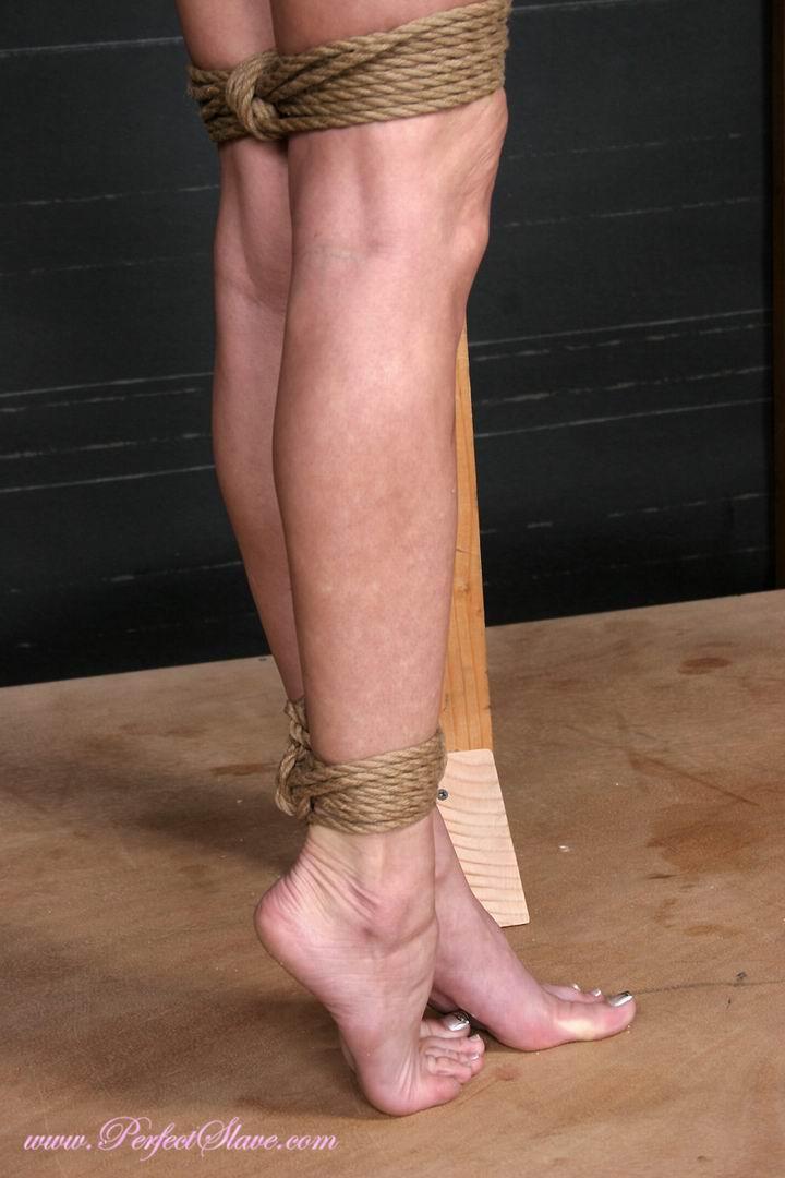 подвешивание девушек за ноги фото