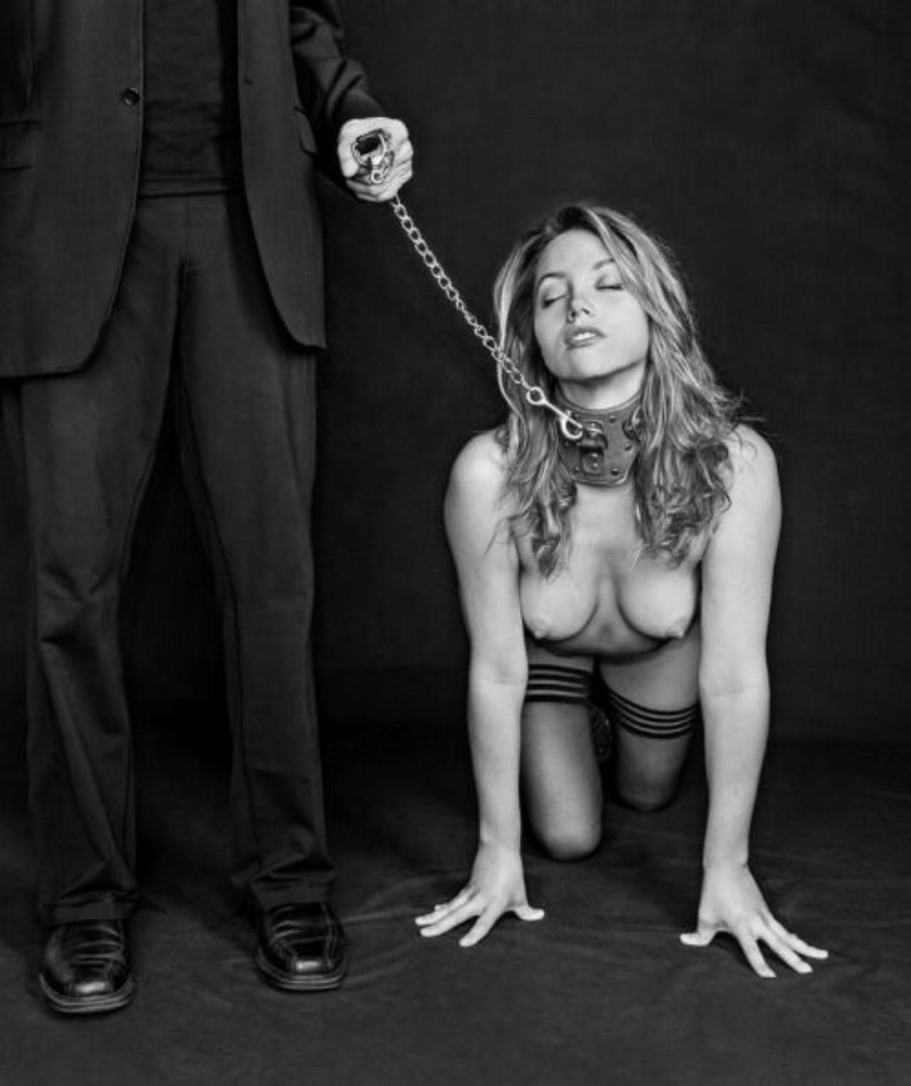 Секс рабыня на поводке