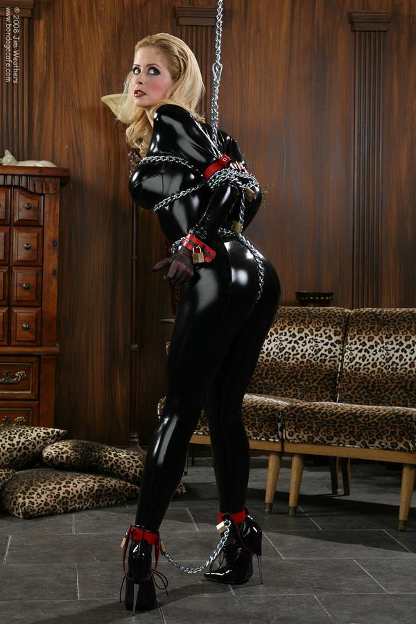 Проститутка в латексе и наручниках
